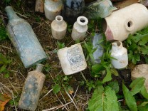 Starch jar, stone bottles and a hot water bottle ! Several inkwells were also found.